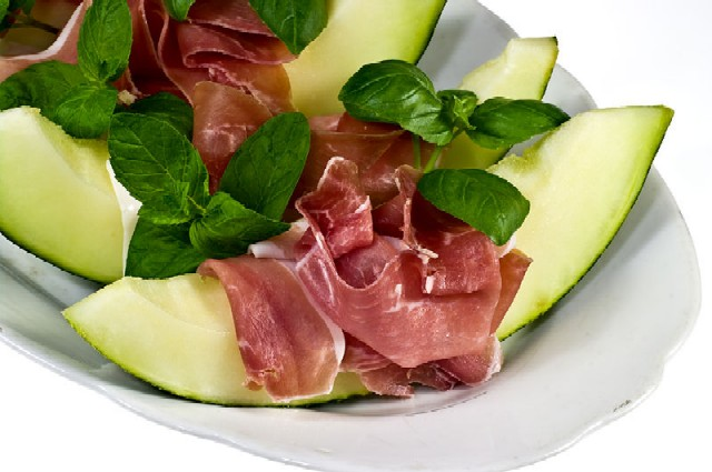Prosciutto_con_melone_By_Nikodem_Nijaki_(Own_work)__[CC-BY-SA-3.0_(http_creativecommons.org_licensesby-sa3.0)]_via_Wikimedia_Commons